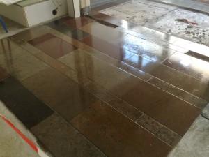 Vloer schoongemaakt, verrassend effect van diverse kleuren Ölandsten en Anröchter