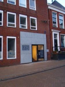 gevelplaten van machinaal gefrijnd belgisch hardsteen Oude Boteringestraat Groningen