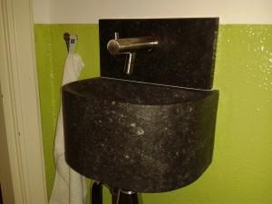Fonteintje van massief belgisch hardsteen met smetplint/achterwandje. donker gezoet oppervlak.