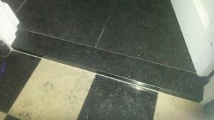 hardstenen dorpel tussen tussen een vloer van hardsteen en een vloer van hardsteen en jura blaugrau